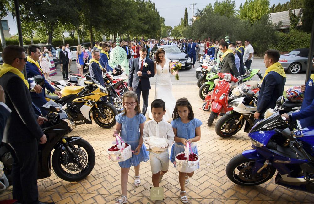 Me encantan las bodas con personalidad. Tres niños encabezan la entrada de la novia a la iglesia. CF Bodas. El álbum de bodas profesional.